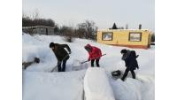 Социальные работники ОБУСО «ЦСО «Участие» города Курска» убирают снег во дворах домов пожилых людей